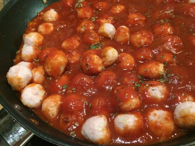 Nopea tomaattinen siskonmakkarakastike