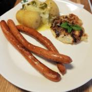 Olutnakkeja, uudet perunat sipuli-voikastikkeella ja naurisrösti
