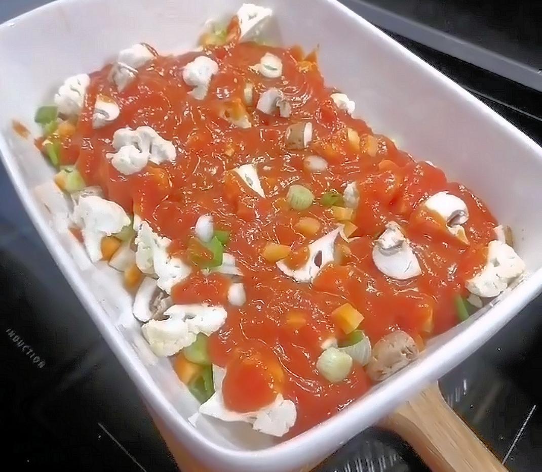Tomaattikastike ja kasvikset uunivuoassa