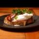 Egg Benedict ja rapeaa krakovaa